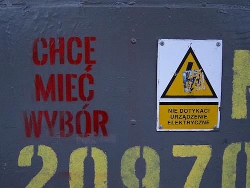 znaki do złudzenia przypominające symbole hitlerjugend i ss
